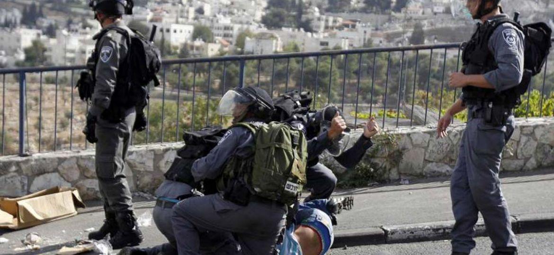 isgalci-israil-polisi-biri-gazeteci-4-filistinliyi-darbederek-gozaltina-aldi