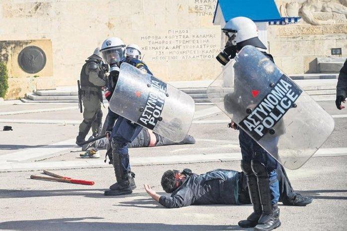 Yunan polisi öğrenci