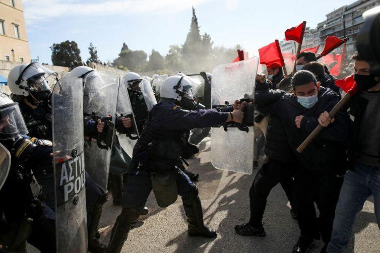 Yunan polisi öğrenci şiddet