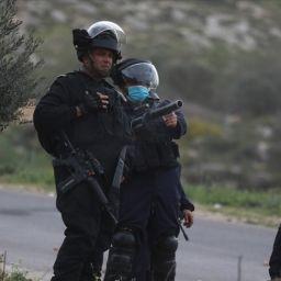 İsrail askerleri Filistinli