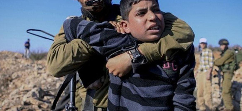 işgalci-israil-askerleri-filistinli-çocukları-tutukluyor